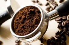 Bubuk kopi untuk menghilangkan komedo hitam