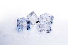 Cara menghilangkan komedo putih dengan Es Batu